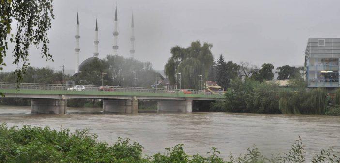 Rezultat slika za Kritično u Krajini: U Cazinu obustavljen saobraćaj na dijelu puteva zbog poplava