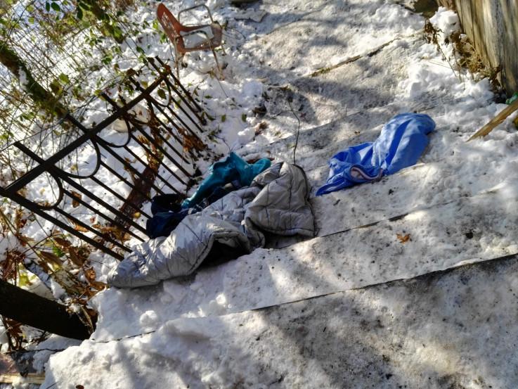 Foto: Razbacana odjeća u dvorištu kuće
