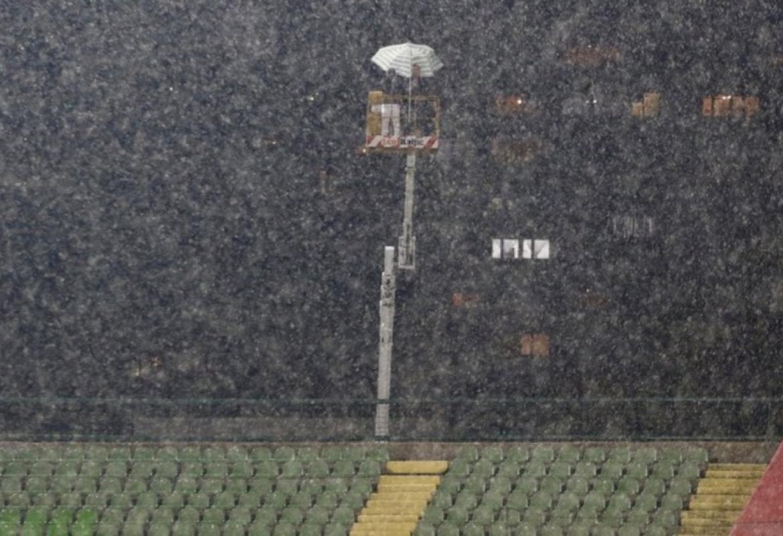 Dvojica navijača Sarajeva pokušali na kreativan način gledati derbi na  Koševu